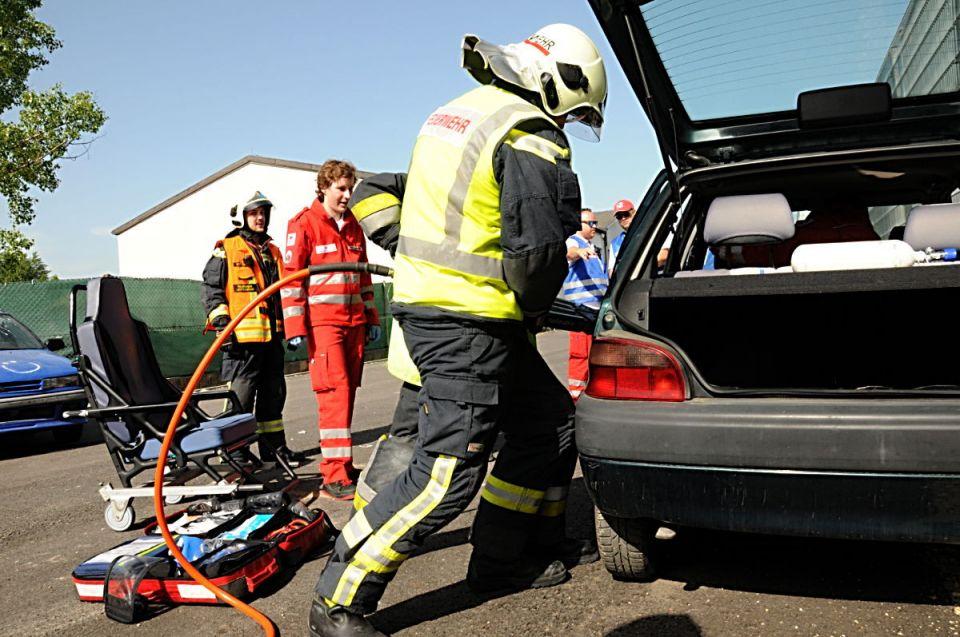 Die hintere Fahrzeugtüre wird mit dem hydraulischen Spreitzer geöffnet um eine Rettungsöffnung zu schaffen.
