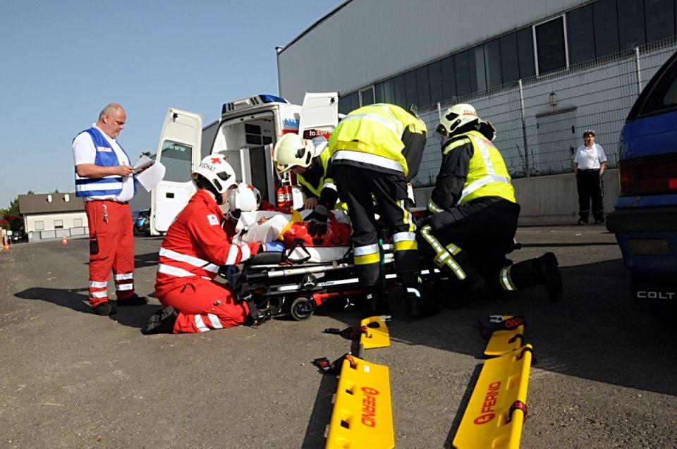 Die Lenkerin wurde aus dem Fahrzeug unter Zuhilfenahme des Spineboards befreit.