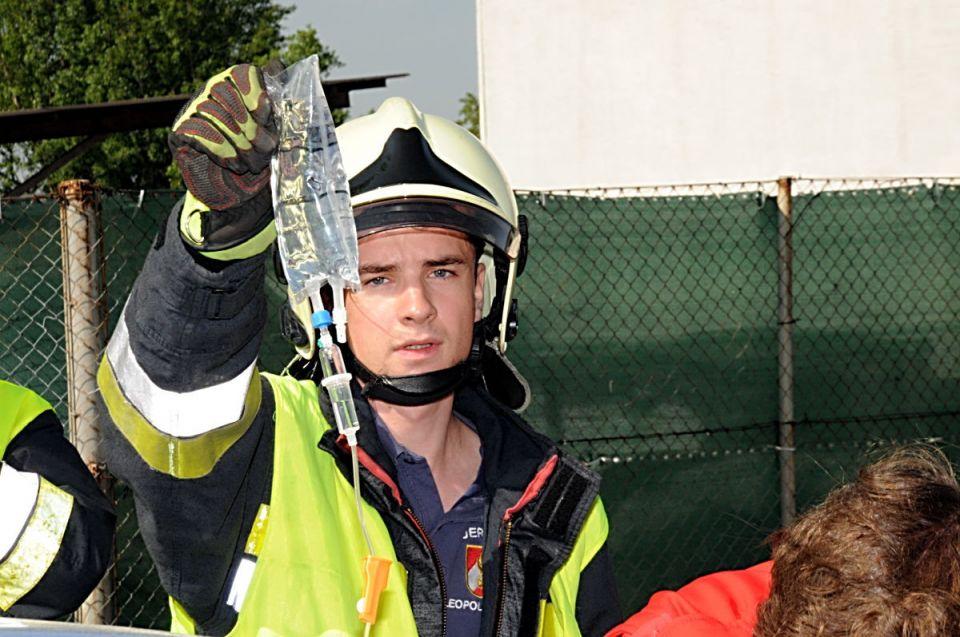 Ein Feuerwehrmann unterstützt die Sanitäter.