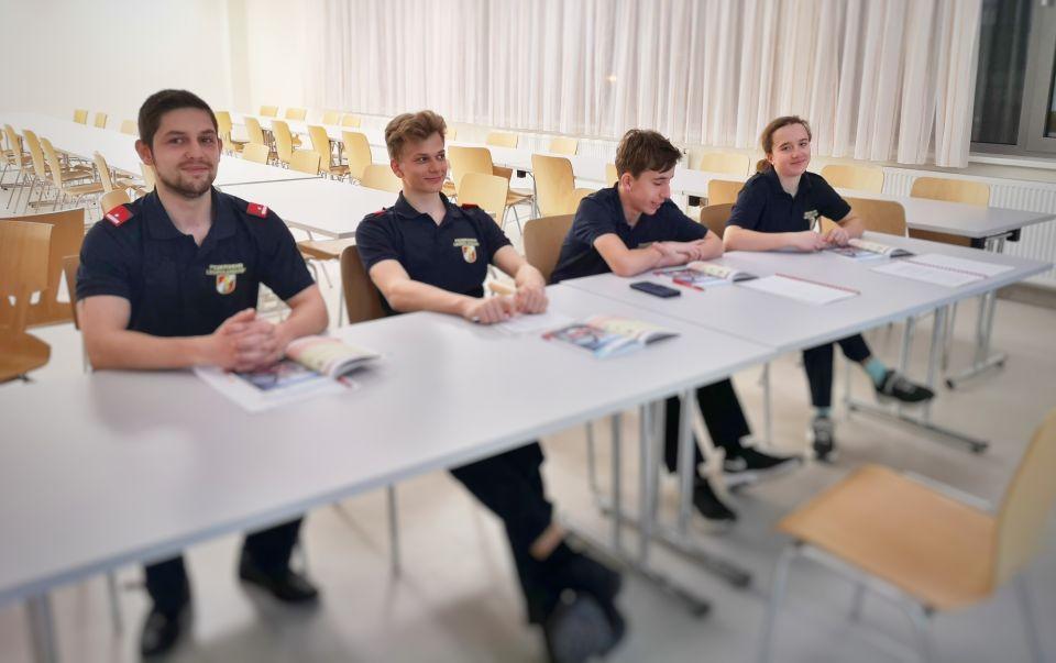 """Parallel zur IT-Besprechung findet die """"Feuerwehr Basiswissen"""" Ausbildung für unsere neuen Feuerwehrmitglieder statt. Der Großteil kommt direkt aus der Feuerwehrjugend. (Auf dem Bild sind nicht alle zu sehen).#112live #leopoldsdorf112 #feuerwehralltag"""