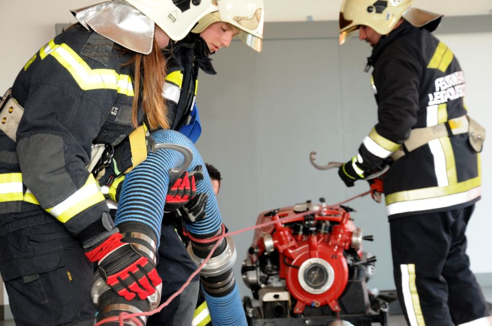 Ich werde Feuerwehrmitglied! (2/2)In Block B geht es vor allem darum, die Geräte und Ausrüstungsgegenstände innerhalb eines Trupps und einer Gruppe bei Brandeinsätzen und bei technischen Einsätzen richtig und sicher einsetzen zu können.#112live #leopoldsdorf112 #ausbildung