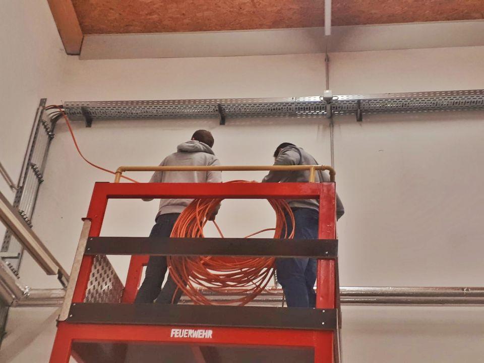Zur fixen Installation des Alarmmonitors haben heute einige Feuerwehrmänner Netzwerkabel in der Fahrzeughalle verlegt. Der Alarmmonitor zeigt die aktuellen Einsatzdaten an und was für eine Freiwillige Feuerwehr besonders von Vorteil ist, die Rückmeldungen jener Feuerwehrleute die zum Einsatz kommen.#alarmmonitor #infoscreen #blaulichtsms
