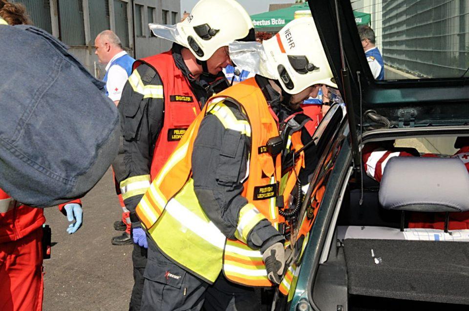 Ein Feuerwehrmann überprüft ob sich die Fahrzeugtüren nach dem Unfall öffnen lassen.
