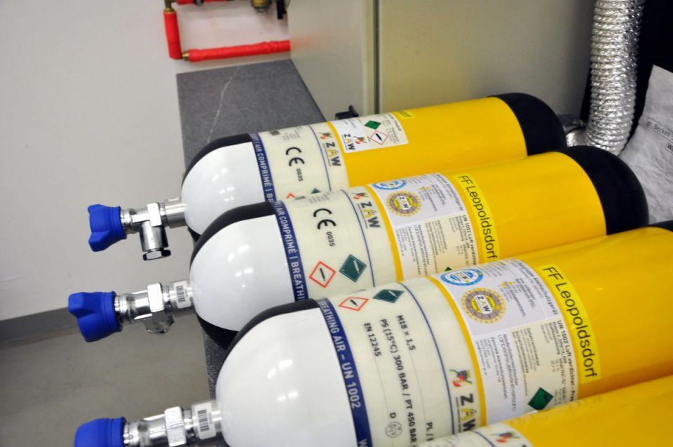 …::: Schulung 300 bar Atemluftflaschen :::...Am heutigen Übungsmittwoch widmeten wir uns dem Thema Atemschutzlogistik mit den neuen 300 bar Atemluftflaschen. Die neuen 300 bar Kunststoffverbundflaschen unterscheiden sich grundlegend von unseren älteren 200 bar Stahlflaschen und müssen anders gehandhabt werden. Bei dem Befüllen der Atemluftflaschen mit dem Atemluftkompressor müssen auch andere Füllvorschriften eingehalten werden.#atemschutz